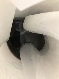 業務エアコンクリーニング現場での黒カビなどの洗浄後の汚水